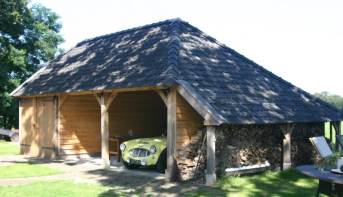 eikenhouten bijgebouw met carport en houten garage voor austin healey oldtimer