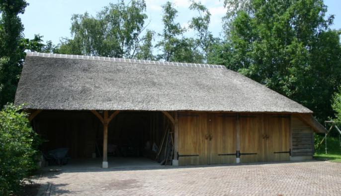 eiken bijgebouw kapschuur met carport en houten garage eiken potdeksel gevel met rieten dak