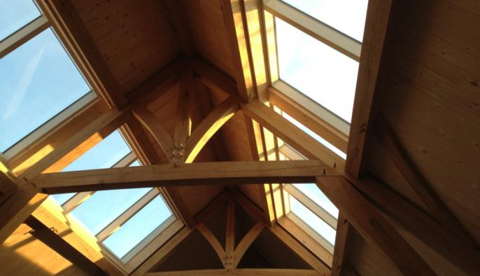 eiken bijgebouw met zwembadoverkapping en houten wellnessruimte en sauna